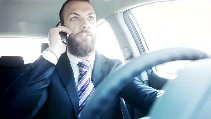 4 πράγματα που κάνει ο Έλληνας όταν οδηγάει, εκτός απ' το να οδηγάει