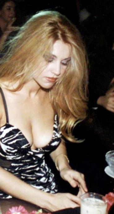 Σαμπρίνα: Ο απόλυτος έρωτας των 90s… (Pics & Vids)