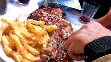 Δεν χωράνε στο πιάτο: Η ταβέρνα με τις μεγαλύτερες μερίδες κρεατικών στην Αθήνα (Pics)