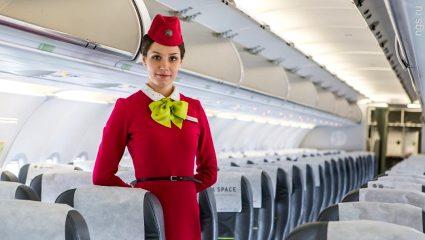 Αιώνια αντρική απορία: Ξέρετε γιατί οι αεροσυνοδοί έχουν τα χέρια πίσω απ' την πλάτη όταν χαιρετούν τους επιβάτες;