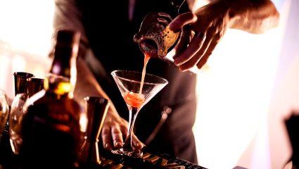 Σ' αρέσει να πηγαίνεις μόνος για ποτό; Αυτά είναι τα 5 bar για σένα!