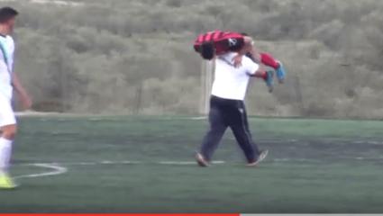 Ελληνικό ΕΠΟΣ: φορείο σε σχήμα… ανθρώπου σε ποδοσφαιρικό αγώνα γίνεται; Γίνεται! (vid)