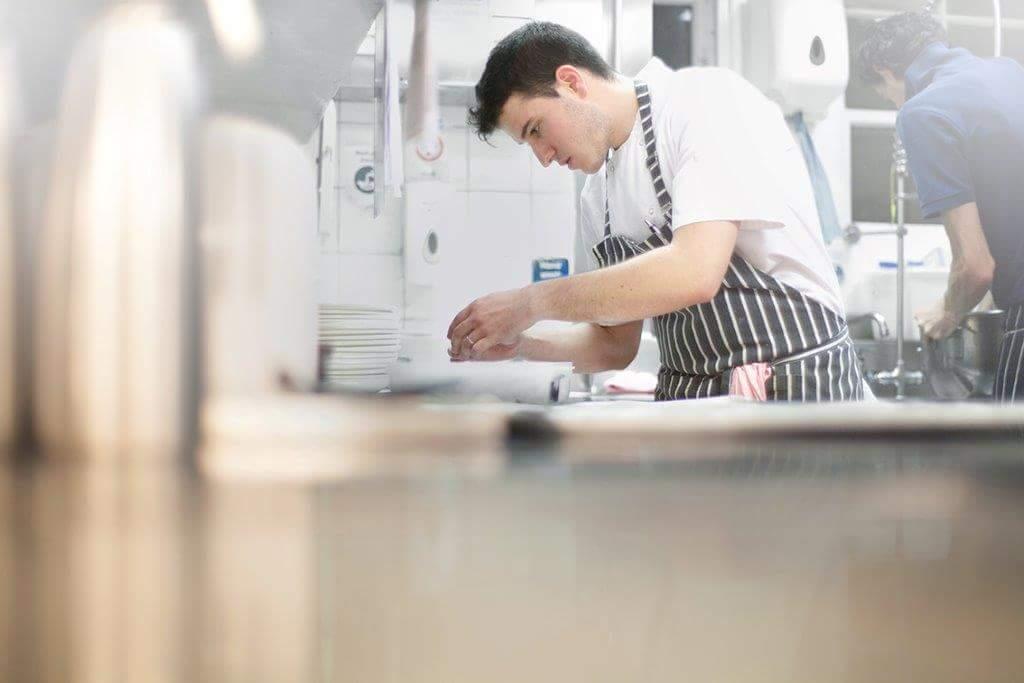 Ο Αλέξανδρος Πορφύρης εξηγεί γιατί δεν υπάρχει σεφ χωρίς «μανίκι» στο χέρι