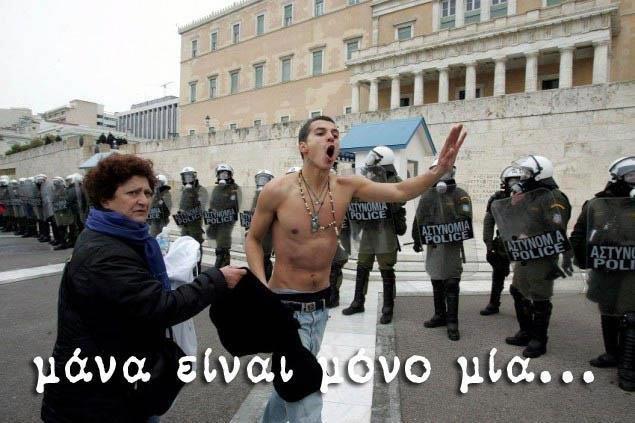 5 στιγμές που η αθάνατη Ελληνίδα μάνα παρεμβαίνει στη ζωή του γιου της
