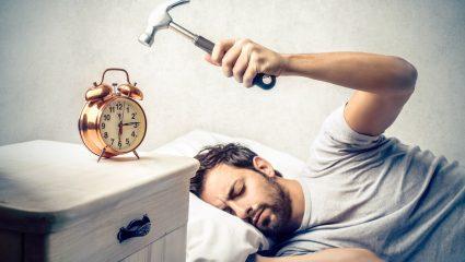 Ξυπνητήρι : 4 συστήματα για να μην το αναβάλλεις 10 φορές κάθε μέρα
