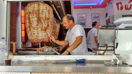 Τα 2 σουβλατζιδικα που κάνουν τα μεγαλύτερα πιτόγυρα στην Ελλάδα (Pics)