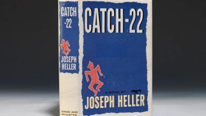 Catch 22: Η πρωτοποριακή ματιά του Τζόζεφ Χέλερ για τον πόλεμο και την γραφειοκρατία