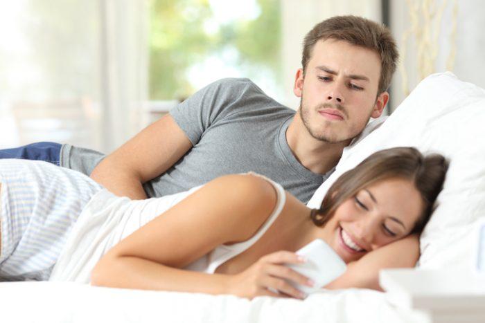 Πέντε ξεκάθαρα σημάδια πως η κοπέλα σου σε απατάει