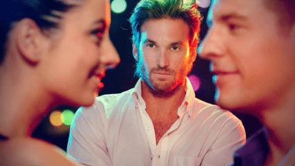 5 σημάδια πως ο κολλητός σου γουστάρει την κοπέλα σου