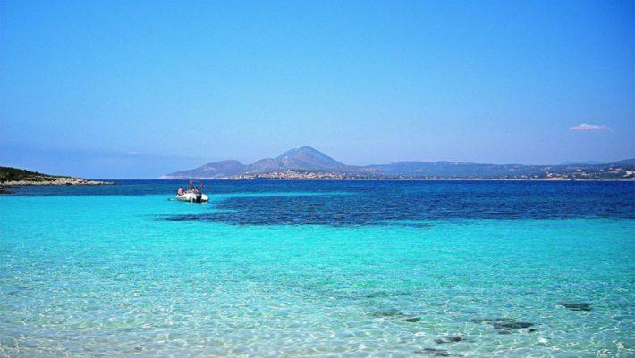 Δεν βλέπεις το βυθό: Το νησί-όνειρο με τους 2 κατοίκους και την πιο άγρια παραλία στην Ελλάδα (Pics)