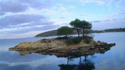 Το άγνωστο εξωτικό, ελληνικό νησί που έχει ζεστά νερά όλο το χρόνο και καθόλου κύμα (Pics)