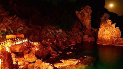 Η κρυμμένη θάλασσα – παράδεισος με τα 142 σκαλιά που οι ερωτευμένοι «τιμούν» για νυχτερινό μπάνιο (Pics)