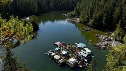 Πέρα από τη φαντασία, στη μέση του πουθενά: Το απίθανο πλωτό σπίτι ενός «landsick» ζευγaριού
