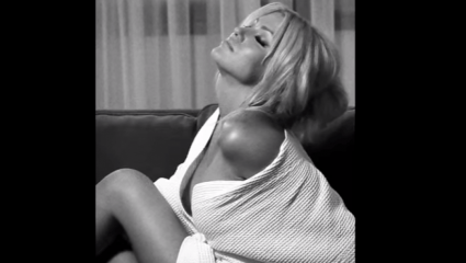 Η Κλέλια Ρένεση στον πιο αισθησιακό ρόλο της καριέρας της (Pics)