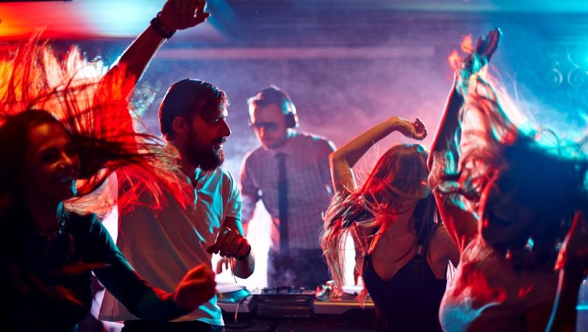 Νιώσε γέρος: Τι έκανες το βράδυ του Σαββάτου όταν ήσουν 20 και τι κάνεις τώρα