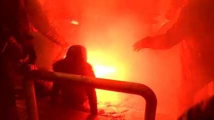 Σκληρές εικόνες στα Εξάρχεια: Γυναίκα σφαδάζει όταν φωτοβολίδα καρφώνεται στο γόνατό της (Vid)