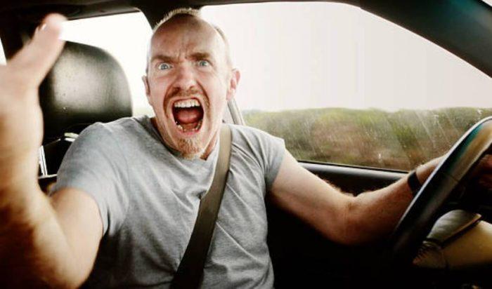 5 κινήσεις Ελλήνων οδηγών που σε βγάζουν από τα ρούχα σου
