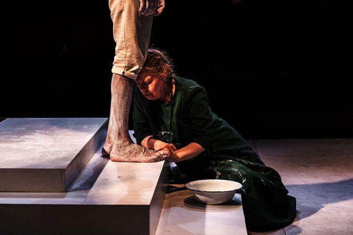Φονικό: Μια επιβλητικά υποβλητική παράσταση στο Θέατρο Τέχνης