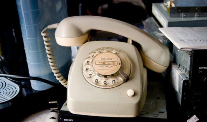 «Πάρε το 0»: Τι πιστεύαμε ότι συμβαίνει στο τηλέφωνο των 90's όταν το κάναμε