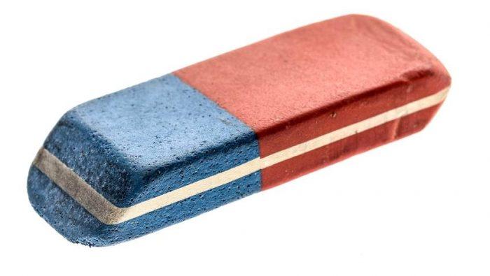 «Το μπλε κομμάτι της γόμας σβήνει το στυλό»: Τα 5 μεγαλύτερα ψέματα που μάθαμε στο σχολείο κι ακόμα τα πιστεύουμε