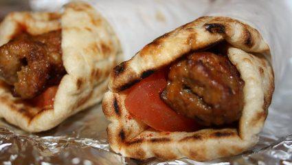 Σουβλάκι: Η μαγεία του τυλιχτού δίχως σάλτσες και πατάτες