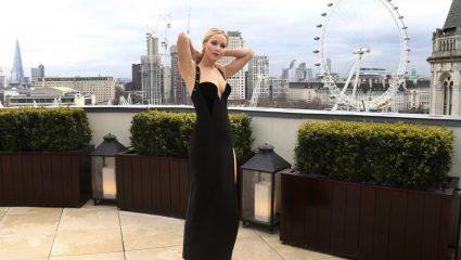 Όταν η Jennifer Lawrence στάθηκε στο κρύο με αποκαλυπτικό φόρεμα