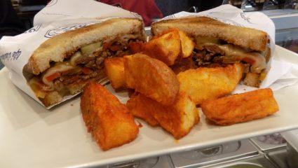 Street Deli: Μόλις άνοιξε και φτιάχνει τα καλύτερα σάντουιτς της Αθήνας