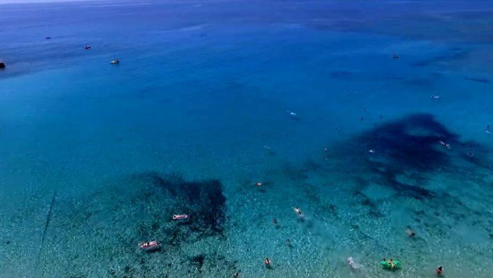 2,5 ώρες, 27,5 ευρώ: Η ελληνική παραλία-όνειρο που απαγορεύονται οι ρακέτες (Pics)