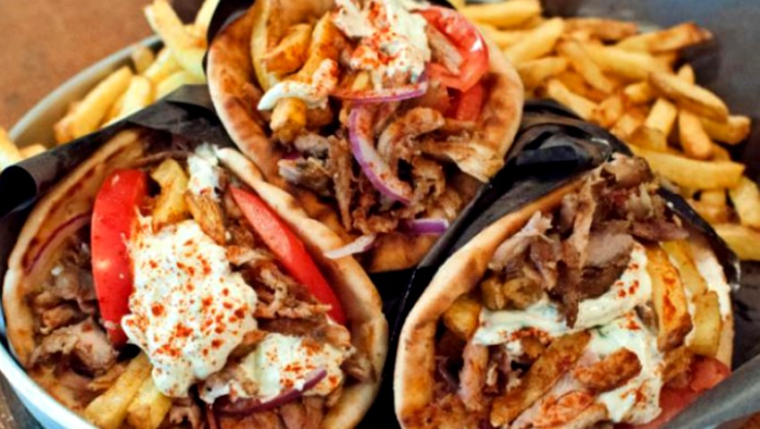 Μόνο στη Θεσσαλονίκη αυτά: 5 «αλοιφές» που μπορείς να βάλεις στο πιτόγυρο για να το απογειώσεις!