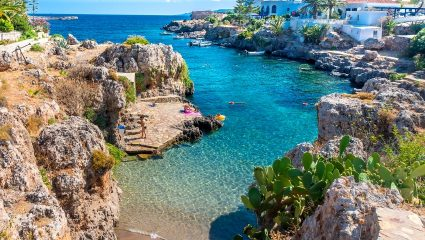 Διακοπές στο πιο ερωτικό νησί: Βρήκαμε τον πιο pet friendly ξενώνα που σε καλεί στις σουίτες του παρέα με το τετράποδό σου