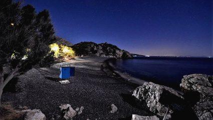 Βγαλμένη από… θρίλερ: Το ελληνικό νησί με τη «μαύρη παραλία» που θεωρείται η πιο τρομακτική του κόσμου (Pics)