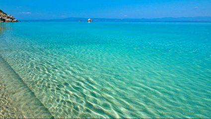 8 μέτρα από το έδαφος: Η πιο εντυπωσιακή φυσική πισίνα – θάλασσα του κόσμου βρίσκεται στην Ελλάδα! (Pics & Vid)