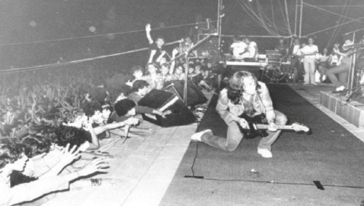 «Δε θέλω να πεθάνω στη Νέα Φιλαδέλφεια»: Όταν η «Συναυλία των ΜΑΤ» παραλίγο να σκοτώσει τη ροκ μουσική
