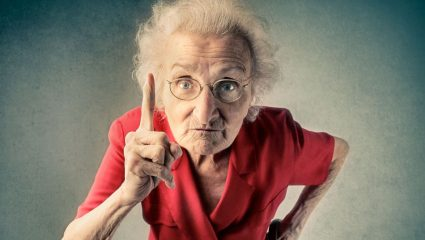 5 συμπεριφορές από γριές που σε διαολίζουν