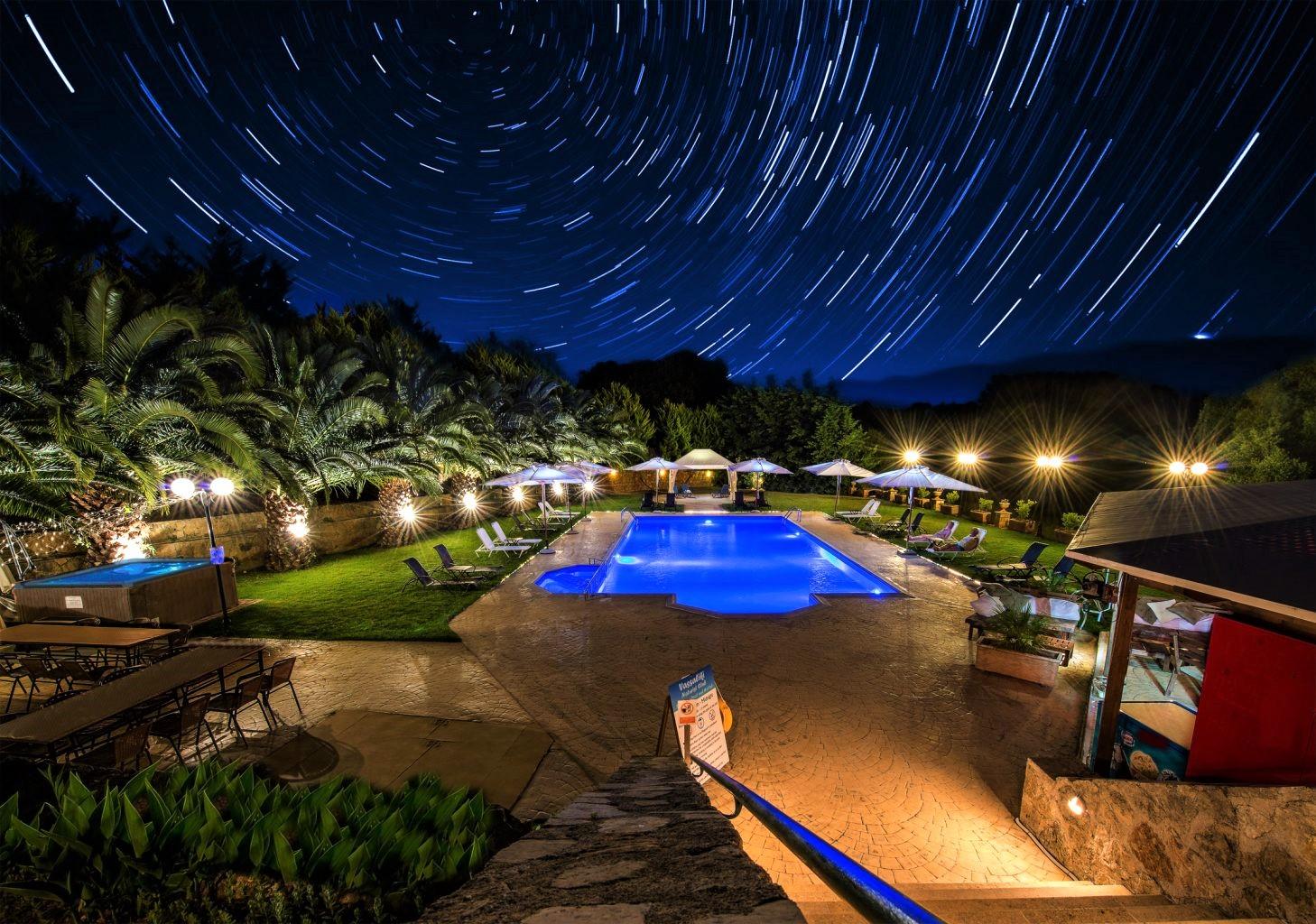 Η Ελλάδα στη «γυμνή» version του Airbnb – Γυμνιστές νοικιάζουν βίλες στα νησιά με 130 ευρώ (Pics)