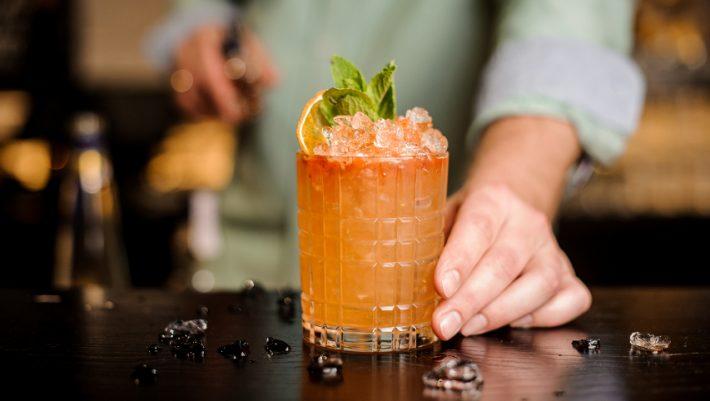 8 cocktails για να πίνεις στα μπαρ της Αθήνας αυτό το καλοκαίρι