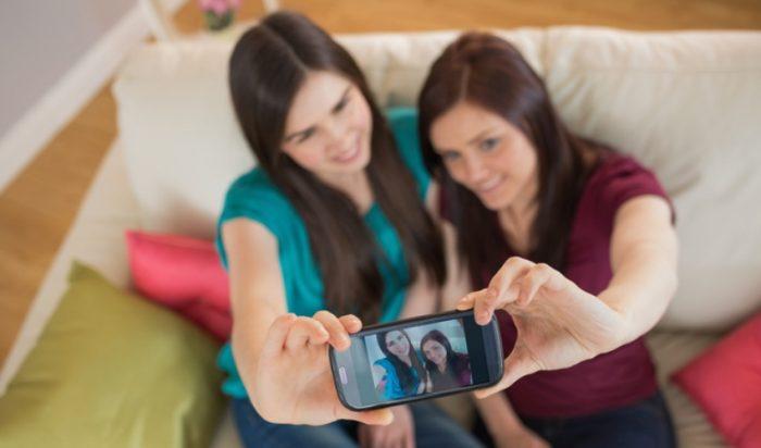 Οι πόζες-απάτη των γυναικών στο Facebook που σε μπερδεύουν