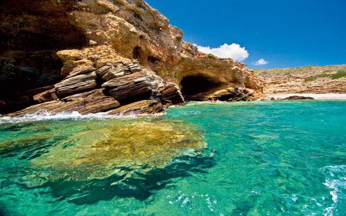5 αδικημένα ελληνικά νησιά με αφθονία σε «περιπετειώδεις» παραλίες