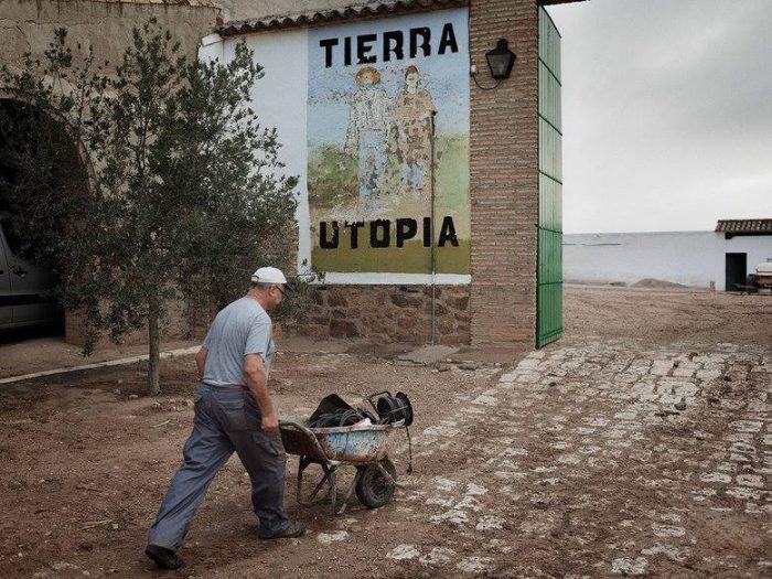 6,5 ώρες δουλειά, μισθός 1200 ευρώ: Το οικονομικό θαύμα του χωριού που διαφημίζει την έννοια του κομμουνισμού
