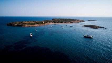 Το «άγνωστο», παραδεισένιο νησί μια ανάσα από την Αττική που κάθε Σαββατοκύριακο βουλιάζει (Pics)