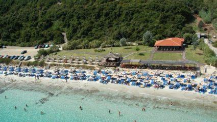 Sold out κάθε μέρα: Η παραλία-όνειρο που δίνεις μάχη για μια ξαπλώστρα (Pics)