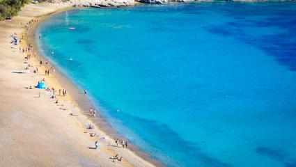 1 στανταράκι και 2 εκπλήξεις: Τα 3 ελληνικά νησιά που έχουν «βουλιάξει» από Έλληνες φέτος