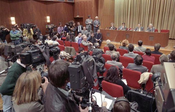 https://menshouse.gr/media/2018/09/24/Schabowski_Pressekonferenz.jpg