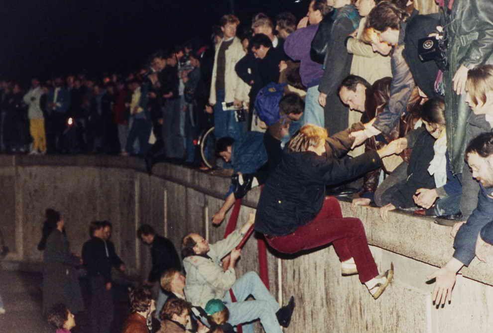 https://menshouse.gr/media/2018/09/24/berlin-wall-1989.jpg