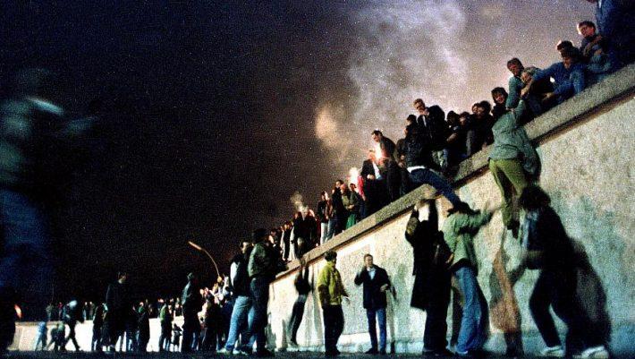 Το μεγαλύτερο αστικό πάρτι όλων των εποχών: Η βραδιά που έπεσε (κατά λάθος) το «τείχος της ντροπής»