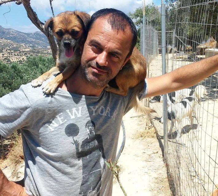 Τάκης Προεστάκης: Εγκατέλειψε τη νύχτα, ξόδεψε 180.000 ευρώ περιουσία για τα αδέσποτα και αποθεώθηκε από τη Daily Mail