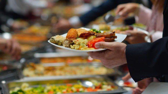 5 τρόποι να σκάσεις από το φαΐ σε μπουφέ χωρίς να φανείς ψωμόλυσσα