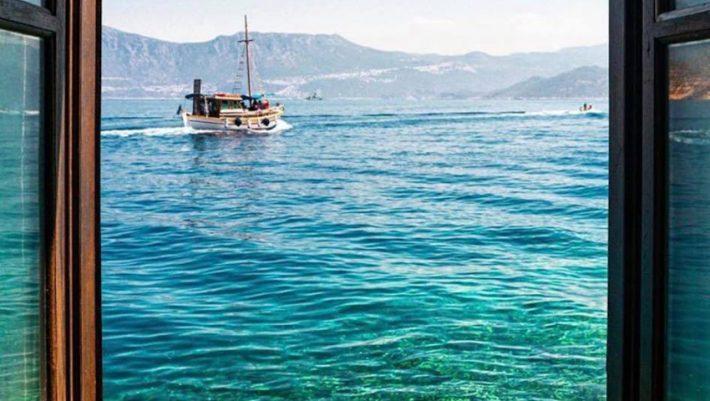 Ρίχνει τις τιμές του κατά 50% και βάζει δωρεάν πλοίο:  Tο πανέμορφο ελληνικό νησί που βάζει τα γυαλιά στην Ευρώπη (Pics)