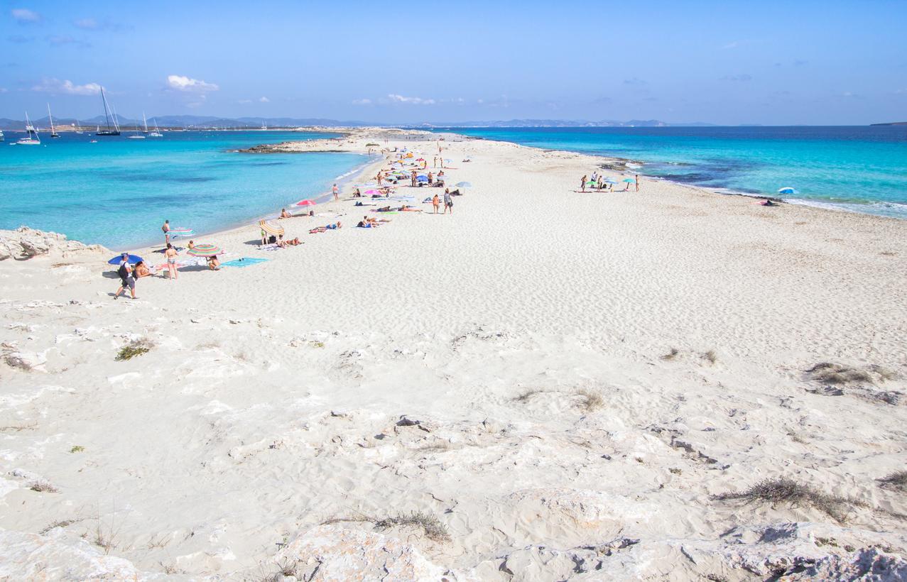 Δεν βρέχει ποτέ, δεν έχει αυτοκίνητα: Το νησί με τον πιο καυτό ήλιο στη Μεσόγειο (Pics)