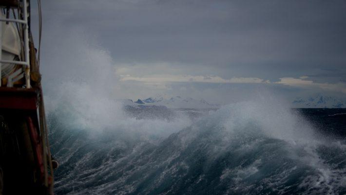 Με έναν επιβάτη, μέσα σε θύελλα: Το παράτολμο δρομολόγιο του καπετάνιου που δάμασε τα μποφόρ του Αιγαίου